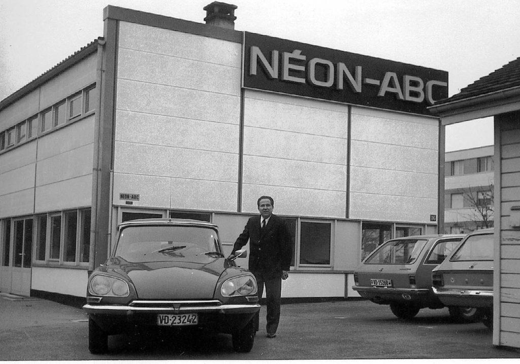 Georges Peneveyre devant la société Néon ABC